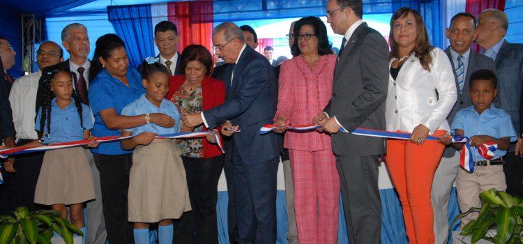 Medina entrega tres centros escolares