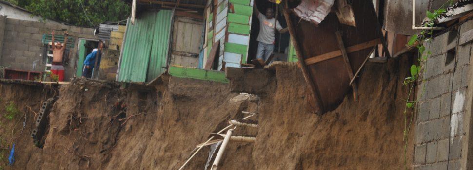 Evacúan residentes barrios inundados