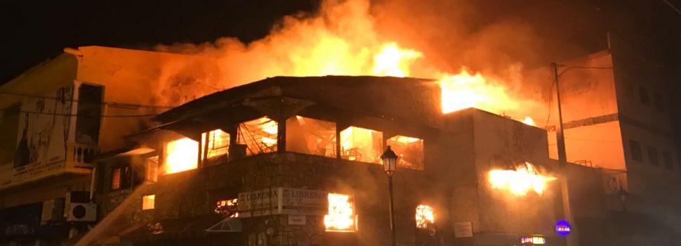 Investigan incendio afectó fábrica muebles