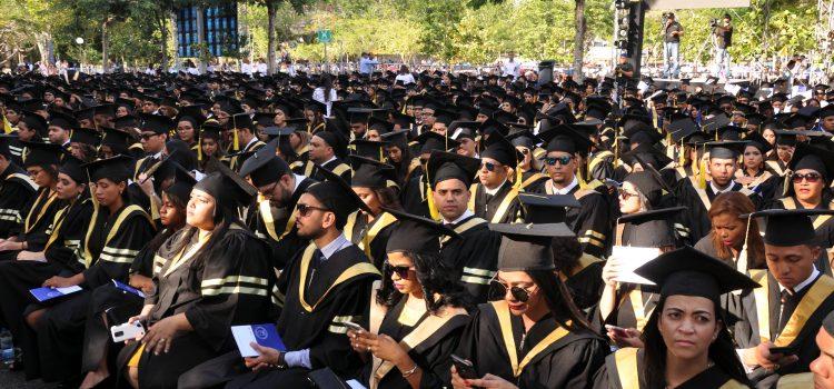 PUCMM gradúa más de mil profesionales