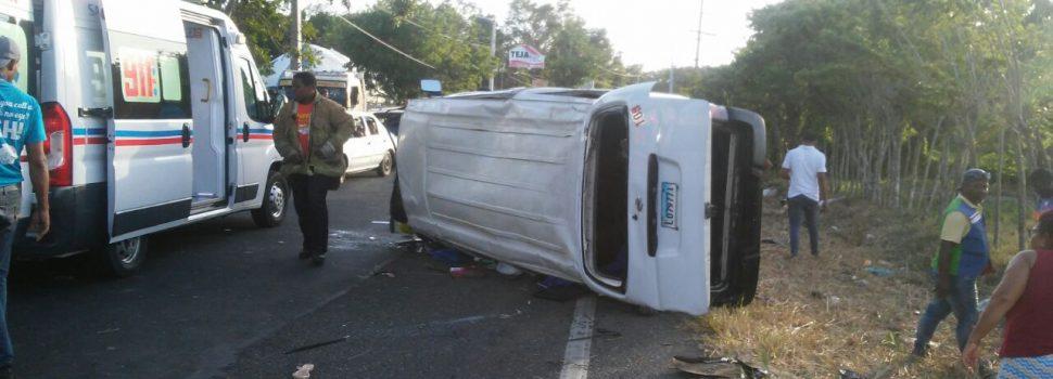 Siete heridos por deslizamiento minibús