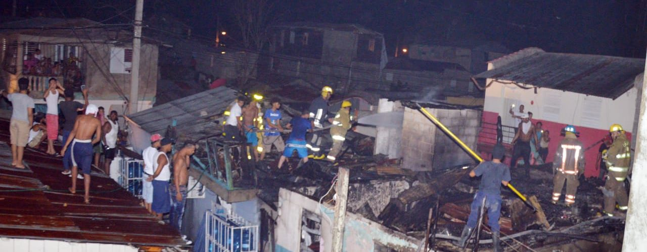 Incendio destruye viviendas y afecta negocio