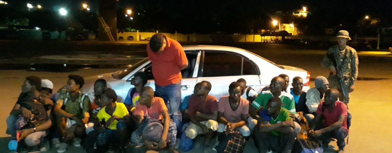 Apresan 17 haitianos iban dentro de carro