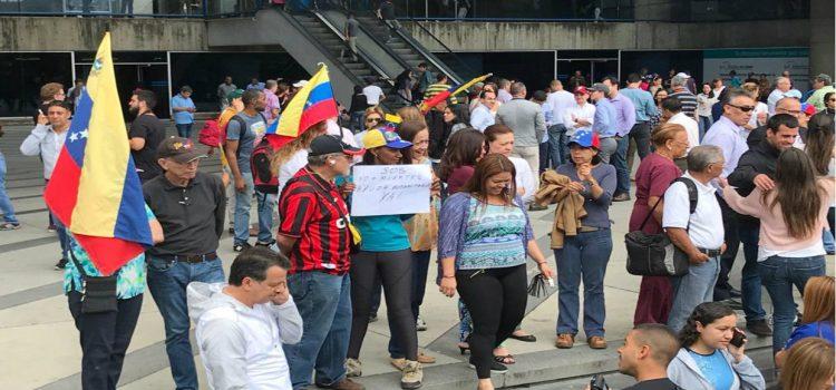 Miles en las calles respaldan a Juan Guaidó