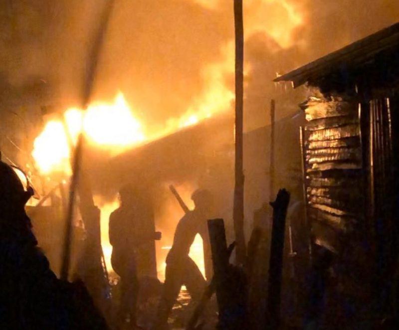 Fuego consume viviendas en pueblo Noroeste