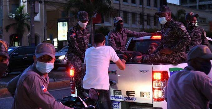 Decenas de arrestos por violar toque queda