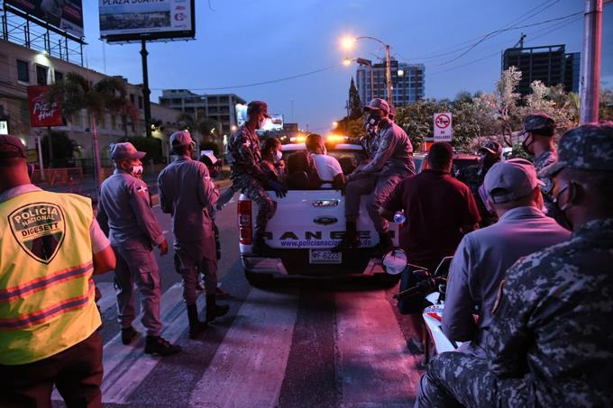 Siguen detenciones por violar toque de queda