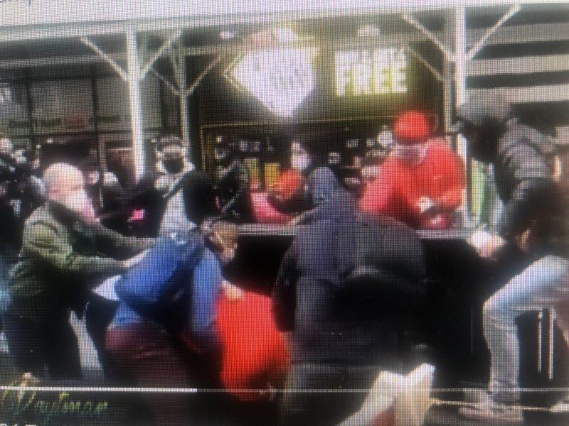 Seguidores y contrarios Trump pelean en calles Manhattan