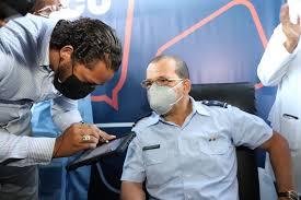 Un coronel médico es el primero en ser vacunado