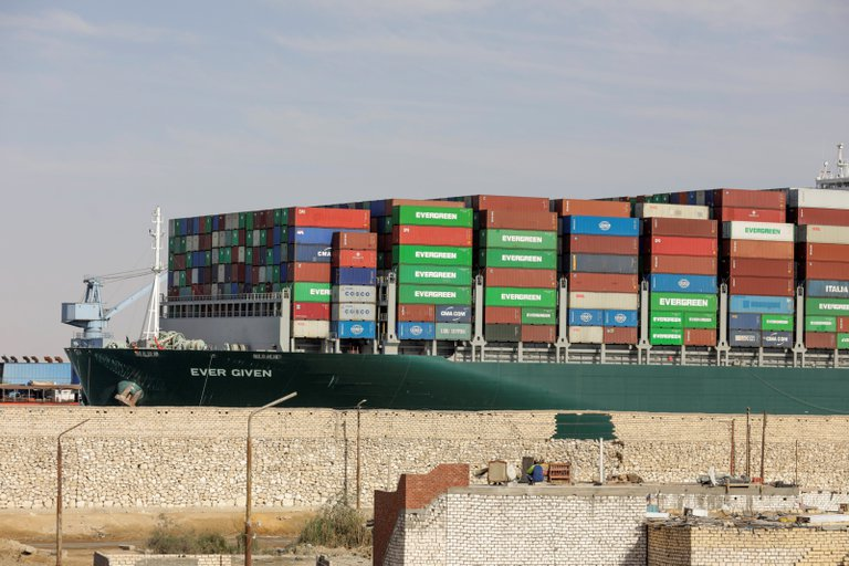 Ya navega buque que encalló en canal de Suez