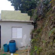 Aumenta caudal de presa; derrumbe daña otra casa