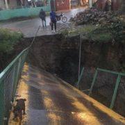 Puente peatonal calapsa por las luvias y otros daños