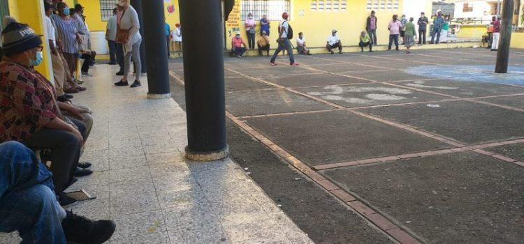 Inconvenientes deslucen vacunación en Santiago