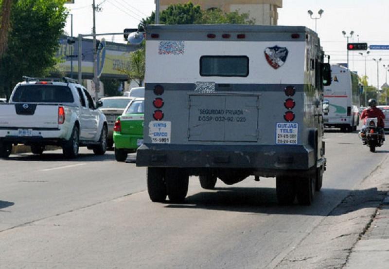 Chofer y ayudante abandonan camión y huyen con dinero
