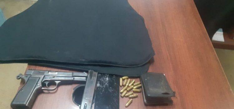 Apresan hombre le ocuparon chaleco antibalas y pistola