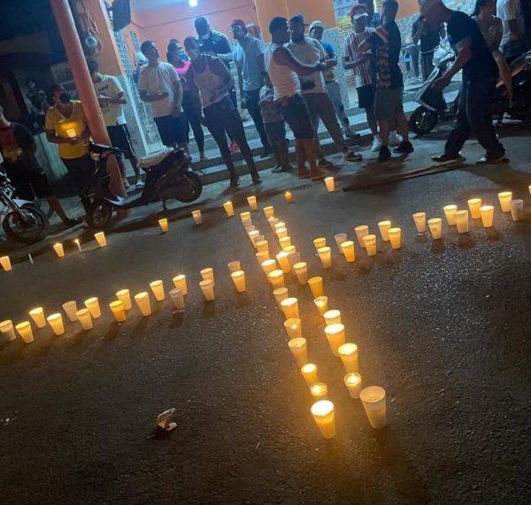 Con encendido de velas rechazan asesinato joven